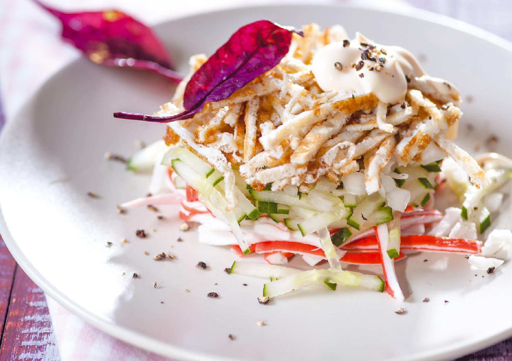 Салат с крабовыми палочками и вяленым мясом