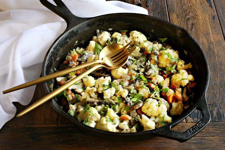 Тёплый салат из цветной капусты с грибами
