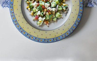 Салат с фетой, огурцом и красным перцем