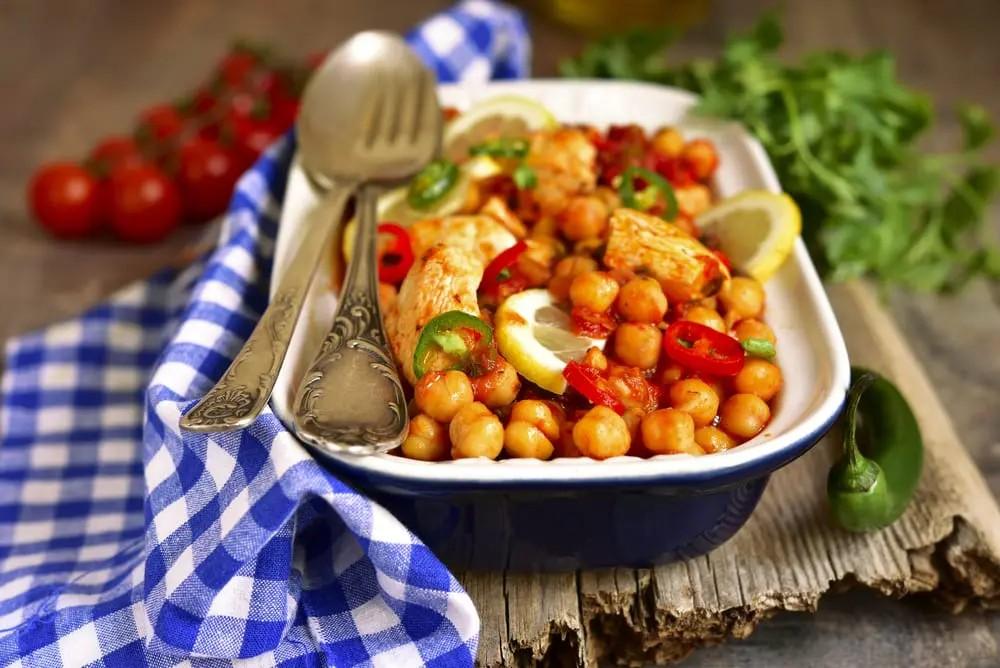 Салат из нута с куриной грудкой и томатами